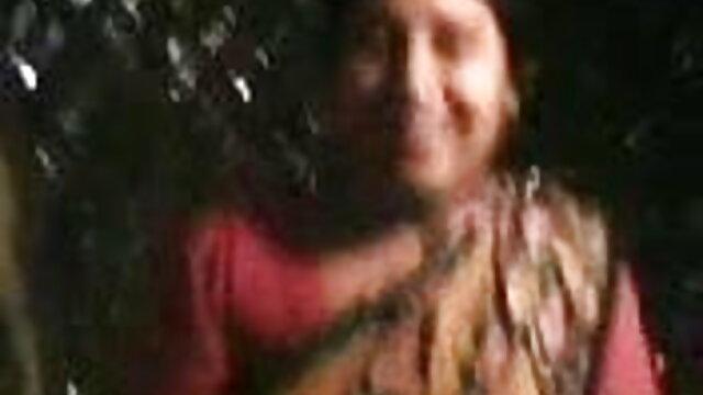 એક બાલ્ડ માણસ એક સેટિંગ ઘણા શ્યામ ચામડીનું સુંદરતા માં સનીલીયોન ના સેકસી બીપી વીડીયો બિકીની